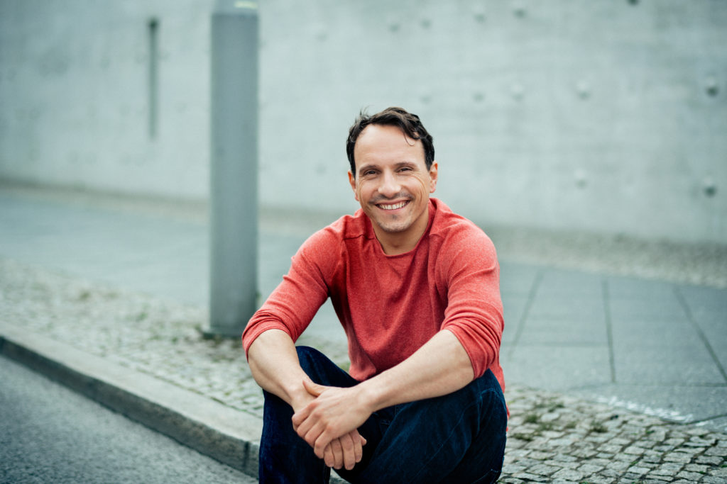 "alt=""Schauspieler Stefko Hanushevsky arbeitet am Schauspiel Köln im Interview bei Ausgang Podcast"""